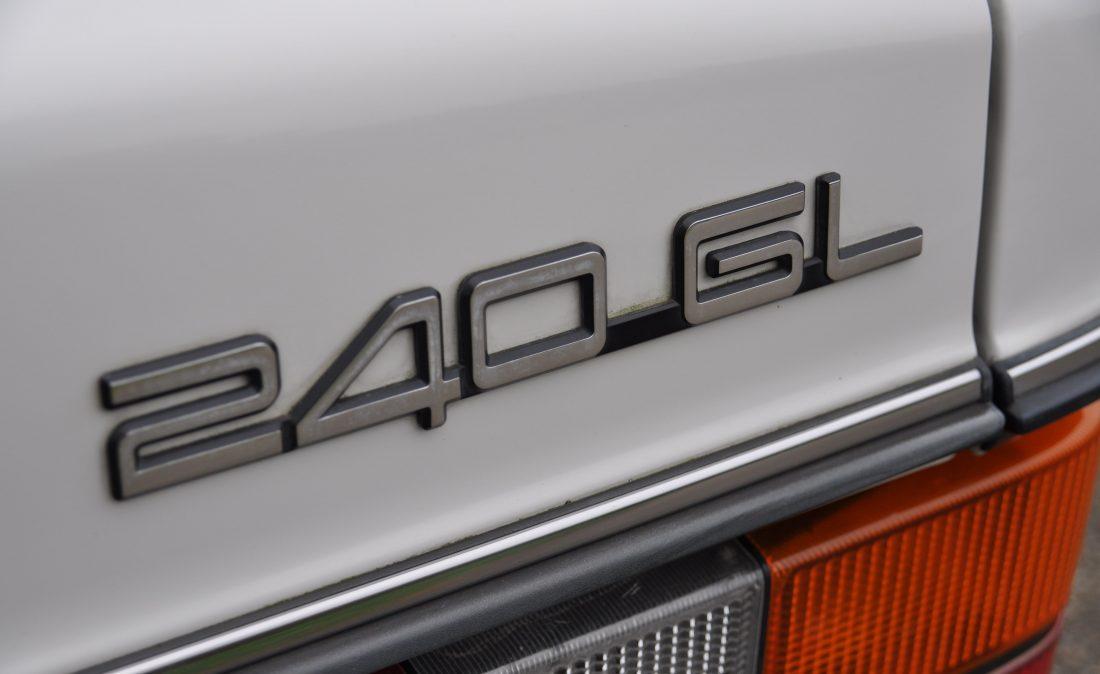 OpenRoad_Classic_Cars_Volvo_240GL_B230F_Wit (1)