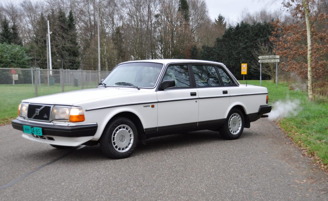 OpenRoad_Classic_Cars_Volvo_240GL_B230F_Wit (3)