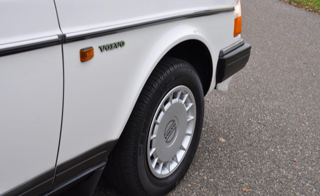 OpenRoad_Classic_Cars_Volvo_240GL_B230F_Wit (4)