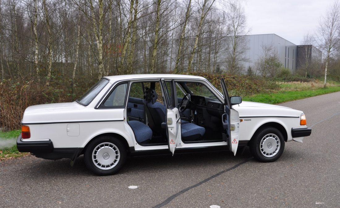OpenRoad_Classic_Cars_Volvo_240GL_B230F_Wit (5)