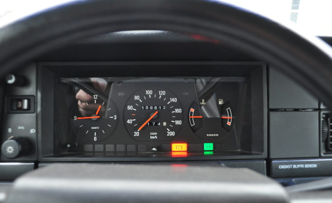OpenRoad_Classic_Cars_Volvo_240GL_B230F_Wit (6)