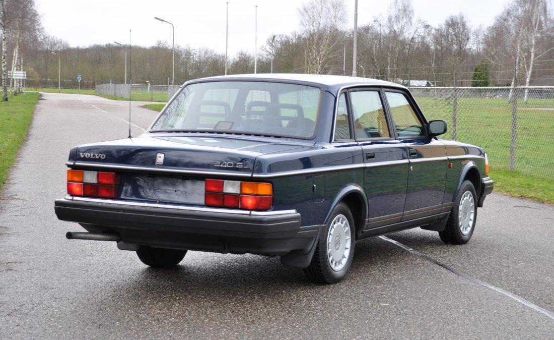 OpenRoad_Classic_Cars_Volvo_240GL_B230F_Blauw (13)
