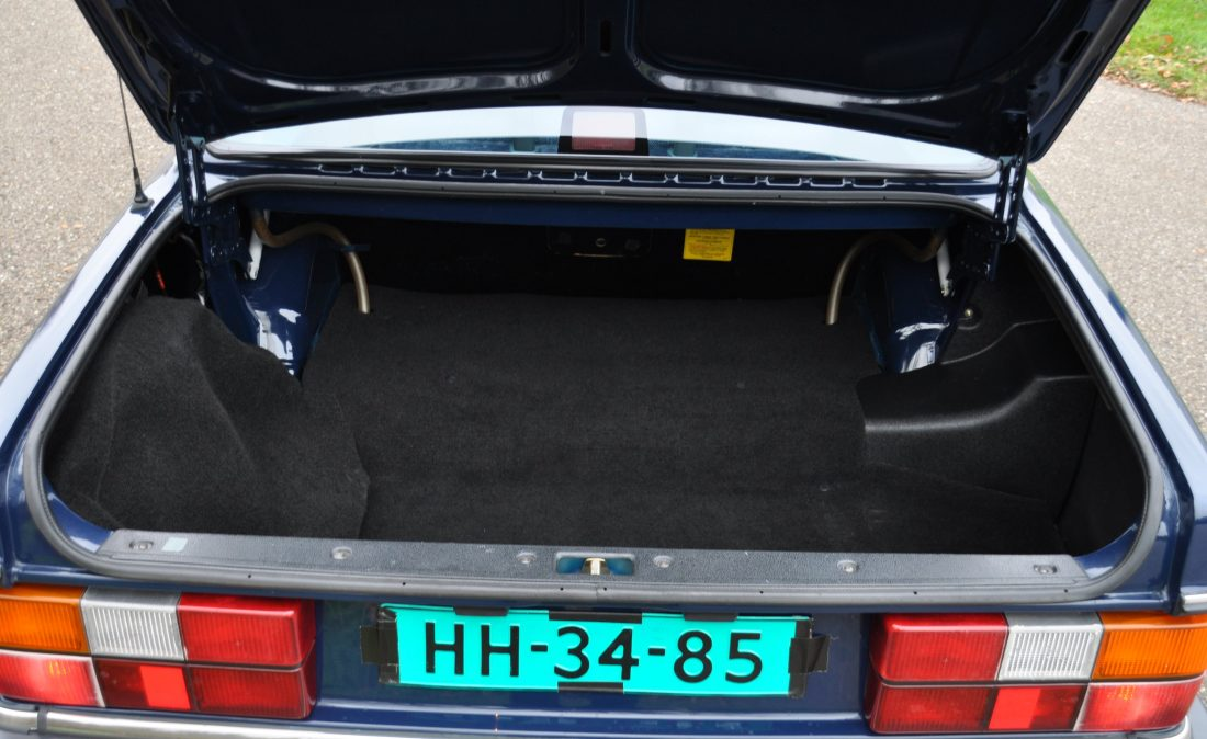 OpenRoad_Classic_Cars_Volvo_240GL_B230F_Blauw (16)