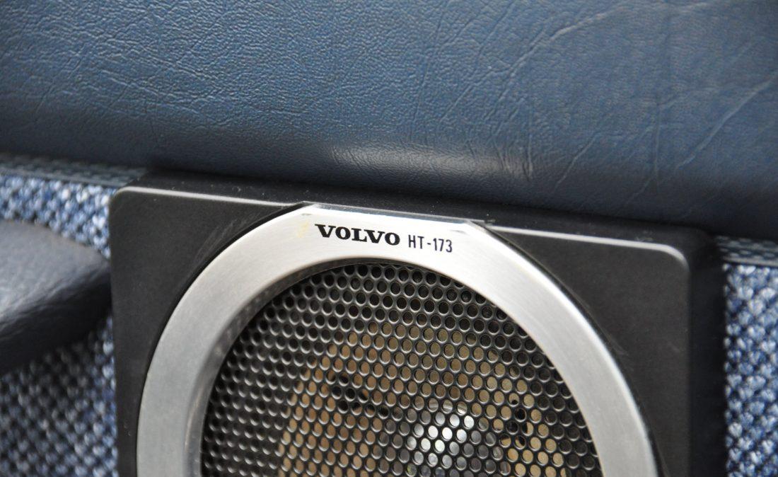 OpenRoad_Classic_Cars_Volvo_240GL_B230F_Blauw (19)