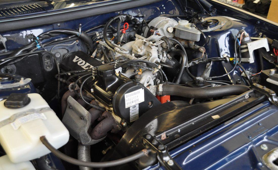 OpenRoad_Classic_Cars_Volvo_240GL_B230F_Blauw (24)