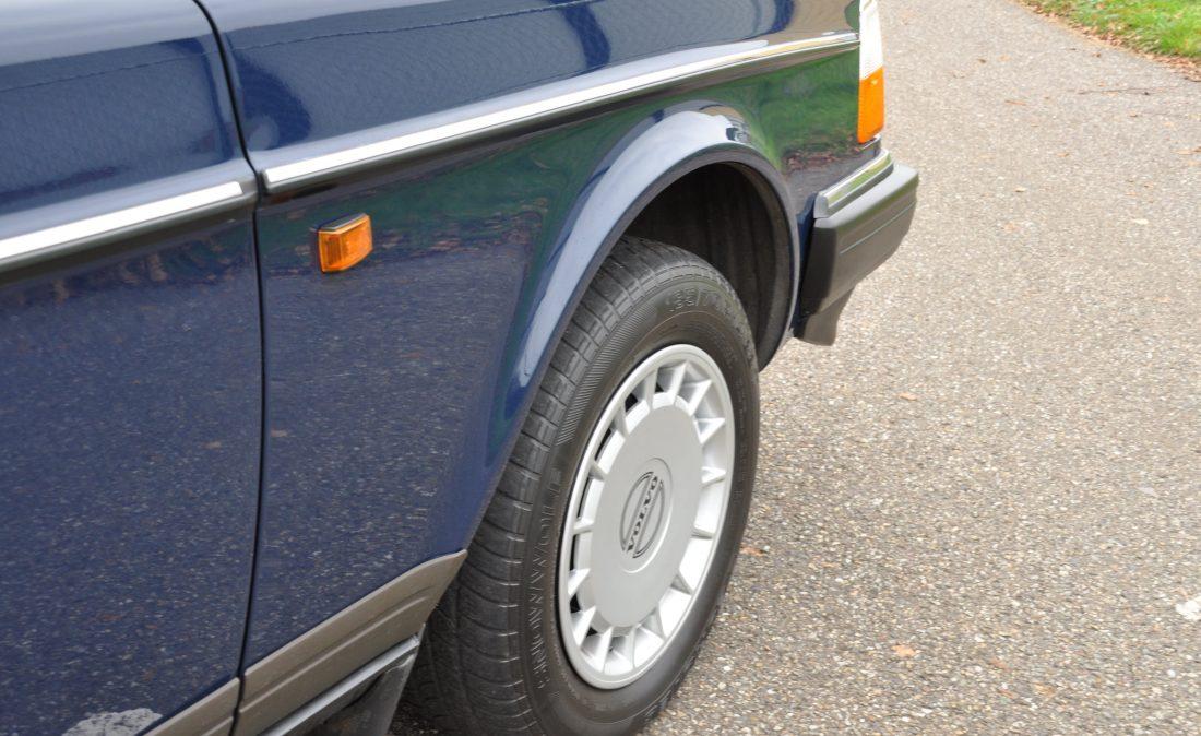 OpenRoad_Classic_Cars_Volvo_240GL_B230F_Blauw (4)