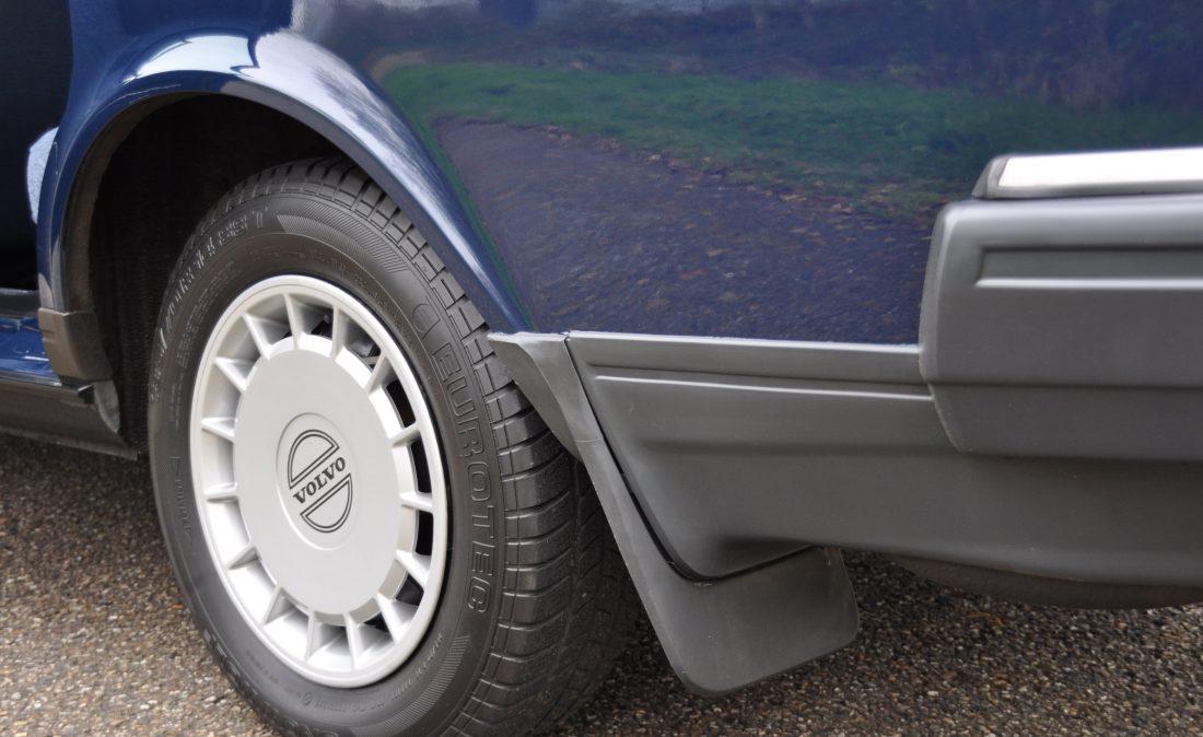 OpenRoad_Classic_Cars_Volvo_240GL_B230F_Blauw (6)