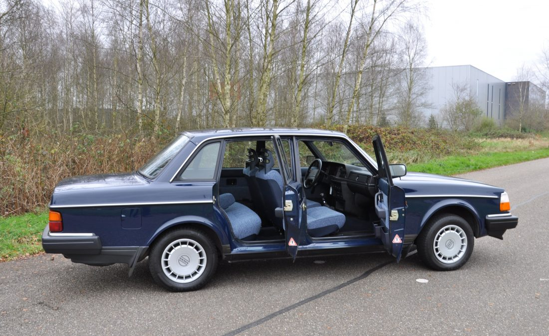 OpenRoad_Classic_Cars_Volvo_240GL_B230F_Blauw (9)